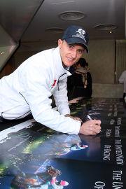 潘頓在海報上簽名留念。