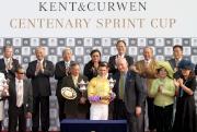 利邦控股有限公司行政總裁高顯仁頒發紀念品予Kent & Curwen 百週年紀念短途盃冠軍「幸福指數」的騎師韋達。