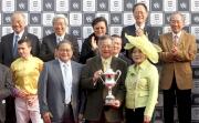 利邦控股有限公司主席馮國經博士及夫人頒發紀念品予Kent & Curwen 百週年紀念短途盃冠軍「幸福指數」的馬主代表。