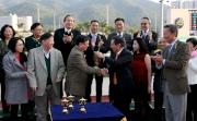 華商會所主席羅威文先生頒發冠軍獎盃予華商會挑戰盃頭馬「駿馬名駒」馬主李逢泰的代表。