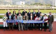 香港賽馬會主席、眾董事及行政總裁、頒獎嘉賓與「駿馬名駒」的馬主、練馬師及騎師在華商會挑戰盃頒獎禮上合照。