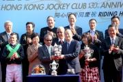 中央人民政府駐香港特別行政區聯絡辦公室副主任楊健頒發獎盃予練馬師告東尼。