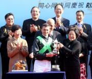 中華人民共和國外交部駐香港特別行政區特派員公署副特派員佟曉玲頒發獎盃予騎師韋達。
