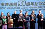 香港賽馬會主席葉錫安博士將馬會130週年紀念品頒予「英勇大師」的馬主Arthur Antonio da Silva。