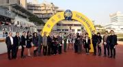 「美麗大師」的馬主及親友、練馬師及騎師賽後於凱旋門祝捷。