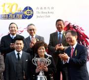 圖五, 六, 七<br> 馬會董事陳南祿(右)於香港經典一哩賽頒獎禮上將冠軍獎盃及鍍金碟頒予「美麗大師」的馬主郭羅桂珍與郭浩泉、練馬師告東尼及騎師郭能。