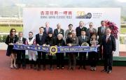 香港賽馬會主席葉錫安博士、馬會眾董事、行政總裁應家柏、與「美麗大師」的馬主及騎練於香港經典一哩賽頒獎禮上合照。