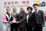 (左起)香港經典一哩賽勝出馬匹「美麗大師」的騎師郭能、練馬師告東尼及馬主郭少明伉儷與郭浩泉賽後與傳媒分享勝利喜悅。