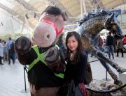 以「精英大師」為造型的吉祥物在沙田馬場與馬迷打招呼。