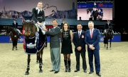 圖六、七:今天另一場焦點賽事「香港賽馬會金盃賽」,由瑞士騎手Martin Fuchs(左一)勇奪錦標,並由馬會主席葉錫安博士(左二)、馬會董事及香港馬術總會會長利子厚先生 (右二)以及馬會行政總裁應家柏先生(右一)頒獎。