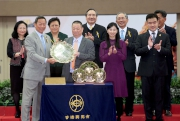 Photo 6, 7, 8<br>The HKJC Chairman Dr Simon Ip (left) presents the Chairman's Sprint Prize trophy and gold-plated dishes to Gold-Fun��s owner Pan Sutong, trainer Richard Gibson and jockey Christophe Soumillon.