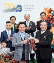 圖6, 7, 8<br>在賽後舉行的頒獎禮上,馬會董事葉澍將冠軍獎盃及鍍金碟頒予香港經典盃頭馬「酷男」的馬主趙冠銘、練馬師蔡約翰及騎師田泰安。