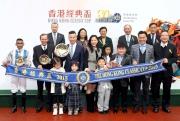 馬會眾董事、行政總裁應家柏,與香港經典盃冠軍「酷男」的馬主及騎練於頒獎禮上合照。