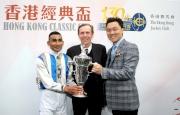 香港經典盃冠軍「酷男」的馬主及騎練於賽後接受訪問並一同分享勝利喜悅。