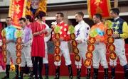 騎師雲集馬匹亮相圈高舉祝賀字句,祝願市民財源滾滾來,暢旺全年。