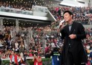 圖 6, 7:<br> 著名紅星許志安高歌賀新歲,現場氣氛熱烈。