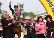 圖 1, 2, 3: 練馬師告東尼訓練的「英勇大師」在今日第七場勝出,成為他在香港從練勝出的第一千場頭馬,賽後他與馬主一同分享這份特別的喜悅。