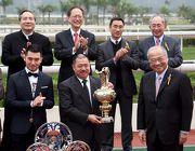 圖四、五、六: 香港賽馬會董事周松崗爵士在百週年紀念銀瓶頒獎儀式上,將冠軍獎盃頒予「威爾頓」的馬主鄭強輝、以及銀碟予練馬師約翰摩亞及騎師莫雷拉。