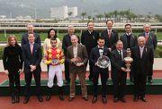 馬會董事們及行政總裁應家柏,與「威爾頓」的馬主、騎師、練馬師於頒獎儀式上合照。