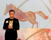 馬會今年繼續與著名跨界藝術家馬興文先生合作,為農曆新年賽馬日設計海報圖像。