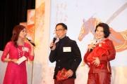 圖5,6<br> 當紅藝人蔣志光及韋綺姍在記者會上為對方挑選農曆新年賽馬日的主題精品。