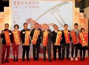 一眾嘉賓聯同馬會高層提早向市民送上新年祝福。左起:藝人蔣志光、藝人韋綺姍、著名跨界藝術家馬興文、香港賽馬會賽馬事務執行總監利達賢先生、香港賽馬會行政總裁應家柏先生、香港賽馬會市場及客戶事務執行總監張之杰先生、騰訊國際業務部香港及台灣辦公室總經理譚樂文先生、歌星許志安及著名玄學家麥玲玲。