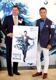 圖10, 11:<br> 利達賢先生、曾耀民先生及孔楷文先生分別致送紀念品予「打吡大使」甄子丹,並預祝「2015寶馬香港打吡大賽」順利舉行。
