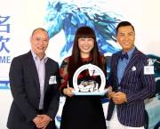 「精彩鬥士」的馬主譚毓楨女士(中)及練馬師蘇偉賢(左)一同出席記者會分享馬匹備戰打吡及感受,並接受「打吡大使」甄子丹致送紀念品。