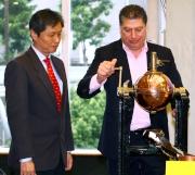 港澳盃2015排位抽籤儀式今日早上於沙田馬場舉行。香港賽馬會賽馬事務執行總監利達賢(右)與澳門賽馬會代賽馬事務司關永祥(左),一同抽出首匹進行排位抽籤的參賽馬之號碼。