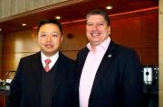 香港賽馬會賽馬事務執行總監利達賢(右)與澳門賽馬會執行董事兼行政總裁李柱坤(左)。