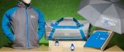 香港賽馬會更特別為《寶馬香港打吡大賽》推出一系列主題精品,包括連帽風褸、短袖Polo、健身袋、雨傘、運動腕錶及馬蹄鐵匙扣,採用藍灰色為主調,散發休閒型格的時尚品味。