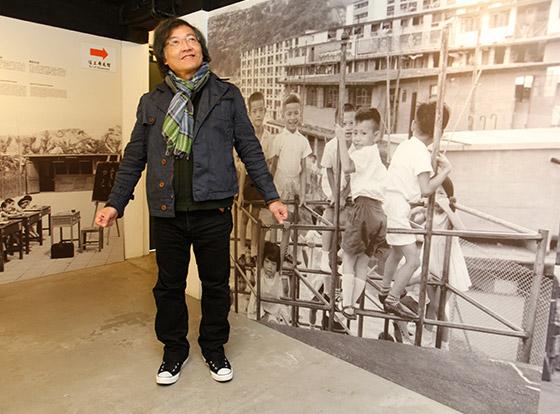 電影《歲月神偷》是導演羅啟銳的童年寫照。今天導演來到已活化的美荷樓,看著展覽的舊事舊物,勾起一幕幕童年往事。