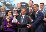 圖 8, 9, 10: 香港賽馬會主席葉錫安博士在寶馬香港打吡大賽頒獎儀式上,將冠軍獎盃及鍍金碟頒予「戰利品」的馬主霍廣行先生、練馬師蔡約翰及騎師潘頓。