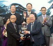 寶馬集團香港、澳門及台灣進口業務部副總裁孔楷文先生頒發紀念品予「戰利品」的馬主代表。