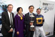 「戰利品」的馬主、練馬師及騎師在頒獎儀式後捧盃合照。