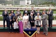圖六、七、八:<br> 香港賽馬會主席葉錫安博士於賽後舉行的頒獎禮上,將主席錦標的冠軍獎盃及銀碟頒予「步步友」的馬主李福鋆醫生及夫人、練馬師代表及騎師莫雷拉。