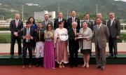 馬會主席葉錫安博士、眾馬會董事、行政總裁應家柏及「步步友」的馬主、騎師及練馬師代表,於頒獎禮上合照。