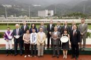 馬會主席葉錫安博士、眾馬會董事、行政總裁應家柏及「兵威振」的馬主及騎練,於洋紫荊短途錦標頒獎禮上合照。