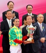 澳門賽馬會董事李惠文先生(右)頒發澳港盃獎盃予頭馬「夢仙」的騎師杜利萊。