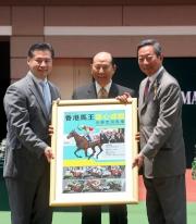 香港賽馬會主席葉錫安博士(右)致送「雄心威龍」的珍藏紀念相予馬主林培雄(中) 及林顯裕 (左)。