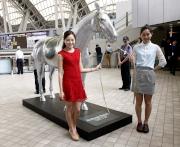 星閃駿馬雕塑供入場人士拍照留念。