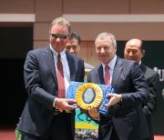 香港賽馬會行政總裁應家柏致送紀念綵帶予練馬師苗禮德(左)。