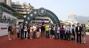 「誰可拼」的馬主於愛駒勝出短途錦標後,與親友一同在凱旋門祝捷。