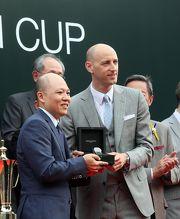 愛彼市場行銷總監 Tim Sayler頒贈一枚愛彼皇家橡樹腕錶予「將男」的馬主奔騰賽馬團體。