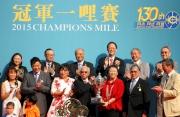 圖7, 8, 9<br>於冠軍一哩賽頒獎禮上,中國香港體育協會暨奧林匹克委員會會長霍震霆先生(前排右二)頒發冠軍獎盃及鍍金碟予「步步友」的馬主李福鋆醫生及夫人、練馬師約翰摩亞及騎師莫雷拉。