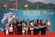 香港賽馬會主席葉錫安博士及馬會董事、行政總裁應家柏與「步步友」的馬主、練馬師及騎師,於冠軍一哩賽頒獎禮上合照。