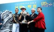 「步步友」的馬主李福鋆醫生及夫人與練馬師約翰摩亞及騎師莫雷拉於賽後分享勝利喜悅。