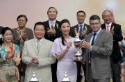 嘉士伯香港有限公司董事總經理 - 香港、澳門、台灣艾天賜將冠軍獎盃頒予「好加加」的馬主史佩加。