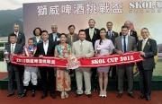 在獅威啤酒挑戰盃頒獎儀式上,嘉士伯香港有限公司董事總經理 - 香港、澳門、台灣艾天賜與「好加加 」的馬主史佩加、練馬師何良、騎師柏寶及一眾董事合照。