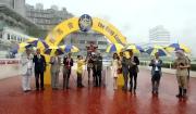 「喜蓮歡星」馬主胡家驊與家人、練馬師約翰摩亞及騎師郭能賽後一同於凱旋門祝捷。